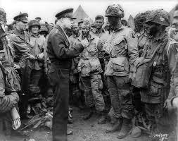 Ike fala com os primeiros a Pára-Quedistista de 101