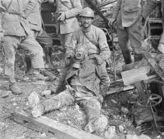 Somme - Alemão morto, ainda equipado com máscara contra gás de um abrigo - julho 1918