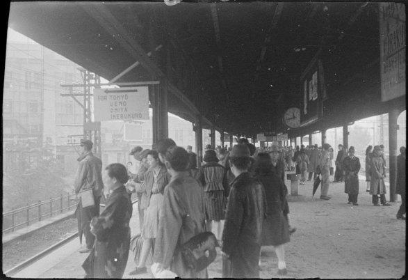 A maioria dos japoneses usam o terno cáqui ainda do exército e que entrou no calendário da moda.