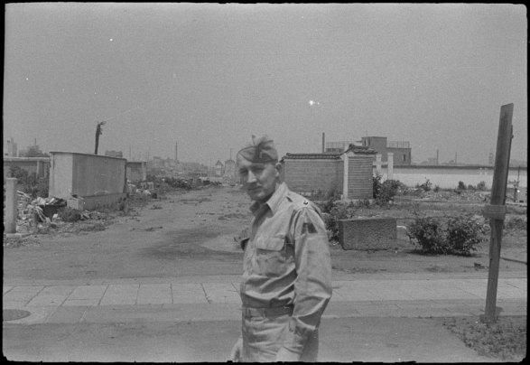 O tenente-coronel John E. Wall o guia de Brézillon durante a sua estadia em Tóquio