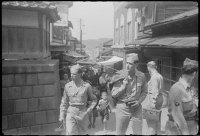 soldados americanos fazem turismo na área de Yokohama.