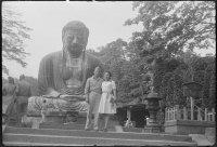 Na antiga capital do Japão, Kamakura, O General americano Staar com sua esposa