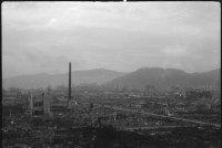 Hiroshima queimado planície sombria que emergem chaminés torcida e colunas.