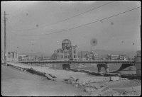 A Exposição Industrial Palácio do departamento de Hiroshima, nove meses após o lançamento da bomba atômica. Este edifício sofreu a explosão quase diretamente acima, manteve-se parcialmente de pé.
