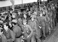 Soldados rumando para Inglaterra. Espantados com o desembarque avassalador dos Aliados