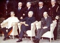 """Alguns Historiadores Afirmam que o Presidente Truman disse a Stálin:""""Temos a Bomba!'"""