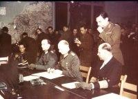 O general Jodl assina a rendição incondicional. Rheimn, França. 7 de maio de 1945
