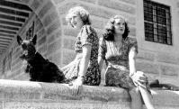 Eva com sua irmã, Margaret, em 1943