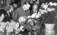 Hitler comemora seu quarto aniversário de cinquenta em Berghof em 1943.Behind Eva é Herta Schneider