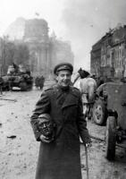 O cara foi pra Berlim e vai levar pra casa a cabeça de Hitler...