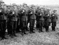 O soldado da direita entrou no exército no final da guerra...