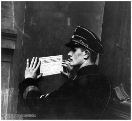 Ein SS-Mann unterzeichnet die Eidesformel auf Hitler am 25. Februar 1934 im Berliner Lustgarten.