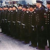 Adolf Hitler inspecionando encouraçado Bismarck com o Almirante Lutjens e o Capitão Lindemann, Gotenhafen, Alemanha (hoje Gdynia, Polónia), 5 de maio de 1941. Lutjens não é visto nesta foto