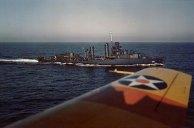 Drayton navegando no mar, ao largo da costa oeste dos Estados Unidos, por volta de outubro 1941; nota asa de estibordo EUA aviões SNJ Marinha a partir do qual a foto foi tirada