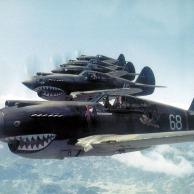 Kittyhawk combatentes do Grupo Voluntário Americano voando perto do desfiladeiro do rio Salween na Chinês-birmanês fronteira, 28 de maio de 1942