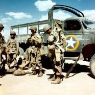 Os pára-quedistas dos EUA de 82 ª Divisão Aerotransportada se preparando para um salto, Norte da África, no final de 1942; nota CCKW 2 1/2-ton 6x6 caminhão de transporte