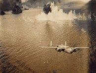 """Bombardeiro B-25 Mitchell """"Escapando de um Bombardeio"""", Nova Guiné, 1943-1945"""