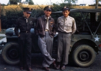 Três pilotos do Grupo 332, EUA Nona Força Aérea EUA, posando na frente de um Jeep, Essex, Inglaterra, Reino Unido, fev-set 1944