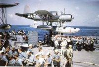 Tripulação do encouraçado Missouri realizando exercícios de abandono do navio, no verão de 1944; nota OS2N-1 aeronaves Kingfisher em segundo plano na porta catapulta lateral