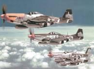 Caças P-51 Mustang do 375º Esquadrão de Caça voando em formação, na Europa, 7 Jul-09 de agosto de 1944