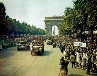 Francês tropas e veículos desfilando pelas Arco do Triunfo até a Avenue des Champs-Élysées, Paris, França, 26 de agosto de 1944