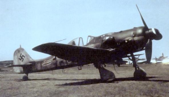 Aviões Fw 190 D-9 'Langnasen-Dora' estacionado em um aeródromo, capturado pelos norte-americanos pós-Segunda Guerra; nota P-47 em segundo plano