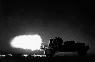 Caminhão-montado armas anti-tanque, usado como uma unidade móvel, unidades de artilharia contundente sobre o deserto para atacar o inimigo de forma inesperada. Uma unidade anti-tanque móvel do Oitavo Exército em ação, em algum lugar no deserto, na Líbia, em 26 de julho de 1942.