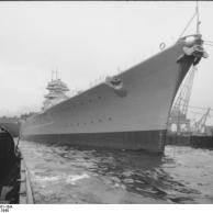 Cerimônia de Comissionamento do encouraçado alemão Bismarck, 24 de agosto de 1940, foto 02 de 10; capitão Ernst Lindemann vindo a bordo