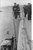 Cerimônia de  Comissionamento do encouraçado alemão Bismarck, 24 de agosto de 1940, foto 03 de 10; capitão Ernst Lindemann vindo abordo