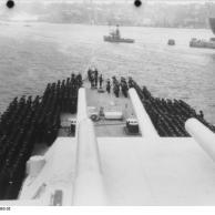 Cerimônia de Comissionamento do encouraçado alemão Bismarck, 24 de agosto de 1940, foto 06 de 10; capitão Ernst Lindemann vindo a bordo