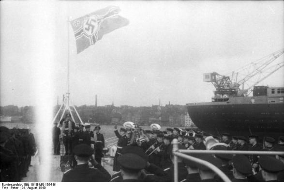 Cerimônia de Comissionamento do encouraçado alemão Bismarck, 24 de agosto de 1940, foto 08 de 10; capitão Ernst Lindemann vindo a bordo