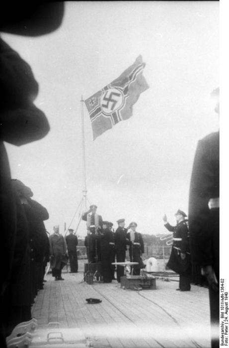 Cerimônia de Comissionamento do encouraçado alemão Bismarck, 24 de agosto de 1940, foto 09 de 10; capitão Ernst Lindemann vindo a bordo