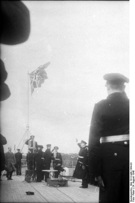 Cerimônia de Comissionamento do encouraçado alemão Bismarck, 24 de agosto de 1940, foto 10 de 10; capitão Ernst Lindemann vindo a bordo