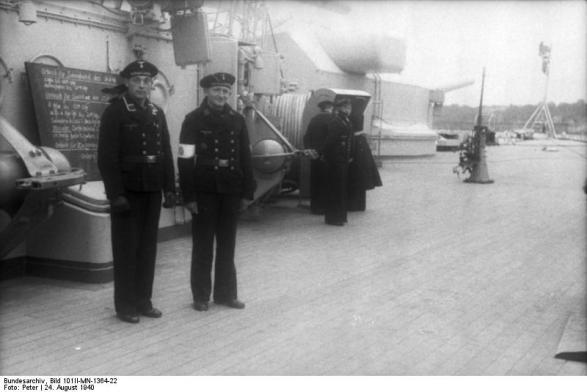 Cerimônia de Comissionamento do encouraçado alemão Bismarck, 24 de agosto de 1940, capitão Ernst Lindemann vindo a bordo