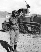 Patton ao lado de um tanque M2, Tunísia, novembro-dezembro 1942