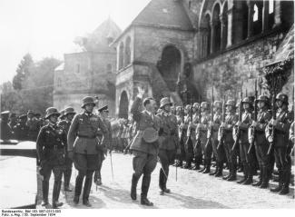 Goslar, Hitler schreitet Ehrenkompanie ab