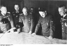 Hitler mit Generälen bei Lagebesprechung