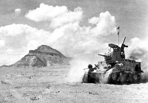 """Uma unidade britânica M3 Stuart """"Honey"""" tanque de patrulha em alta velocidade no deserto ocidental do Egito, perto do Monte Himeimat, Egito, em setembro de 1942."""