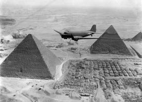 Após a derrota das forças do Eixo na África do Norte, as tropas aliadas preparadas para usar o território e lançar ataques sobre a Itália e outras partes do Sul da Europa. Aqui, um avião americano de transportes, carregado com material de guerra, voa sobre as pirâmides de Gizé, perto do Cairo, Egito, em 1943.