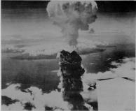 A explosão da bomba atômica sobre Nagasaki, tomadas de cerca de 10km de distância. A altura do topo da nuvem é de cerca de 40 mil pés.