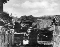 habitações precárias com estruturas de madeira.