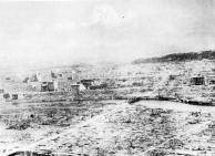 Visão panorâmica geral de Hiroshima após a bomba. Esta imagem mostra a devastação a partir de X para um ponto cerca de 0,4 quilômetros ao sul de X.