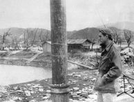 Em Hiroshima, mostra flash de queimaduras no lado voltado para a explosão. Os dois pequenos edifícios em segundo plano foram construídas após a explosão.