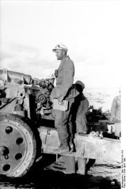 Nordafrika, Soldat auf Geschütz