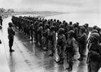 Enquanto aguardam alocação permanente, estas enfermeiras do Exército passam por treinamento com máscara de gás, como parte dos muitos cursos de atualização a ser dada a eles em uma área de treinamento de sede provisória em algum lugar no País de Gales, em 26 de maio de 1944. (AP Photo).