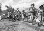 O primeiro contingente de enfermeiras do Exército dos EUA para ser enviado para uma base avançada aliada na Nova Guiné transportar com os seus equipamentos em 12 de novembro de 1942. As quatro primeiras da fila da direita são: Edith Whittaker, Pawtucket, Rhode Island,; Ruth Baucher, Wooster, O. Helen Lawson, Athens, Tennessee, e Juanita Hamilton, de Hendersonville, Carolina do Norte, (AP Photo)