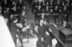 Com praticamente todos os membros presentes, a Câmara dos Representantes dos EUA em Washington, DC ouve a segunda mulher não membro discursar, Madame Chiang Kai-Shek, esposa do representante da China, implora por esforços máximos para deter o Japão, em 18 de fevereiro 1943. (AP Photo / William J. Smith).