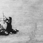 Um soldado alemão, ferido por uma bala francesa, é desarmado por dois membros das Forças francesas do interior, uma mulher, durante a luta de rua que precederam a entrada de tropas aliadas em Paris em 1944. (AP Photo).