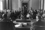 """Elisabeth """"Lilo"""" Gloeden está diante de juízes, sendo julgada por estar envolvida no atentado contra a vida de Adolf Hitler em julho de 1944. Elisabeth, junto com seu marido e sua mãe, foram condenados por esconder um fugitivo em 20 de julho no complô para assassinar Hitler. Os três foram executados por decapitação em 30 de novembro de 1944, suas execuções foram muito divulgadas como um aviso para os outros que poderiam conspirar contra o partido do governo alemão. (LOC)"""