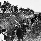 Um exército de civis romenos, homens e mulheres, jovens e velhos, cavam valas anti-tanque em uma área de fronteira, em 22 de junho de 1944, em prontidão para repelir os exércitos soviéticos. (AP Photo).